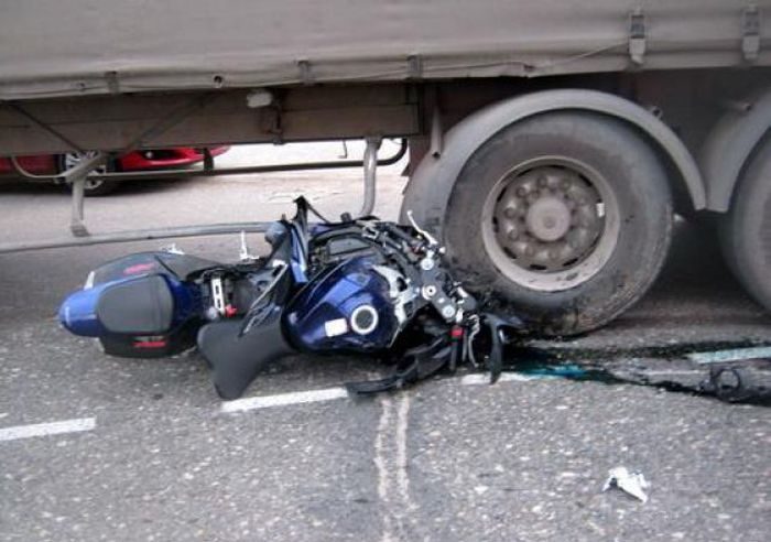You Need To Know The Blind Spots On A Big Rig (2 pics)