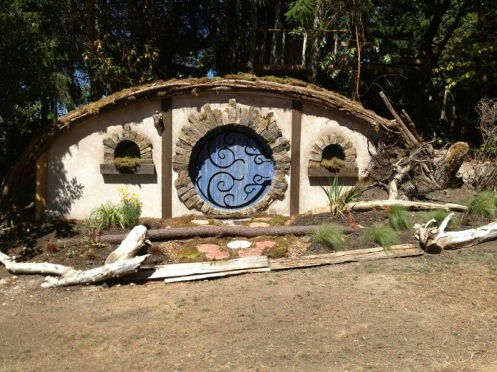 This Is How You Build A Hobbit House (22 pics)