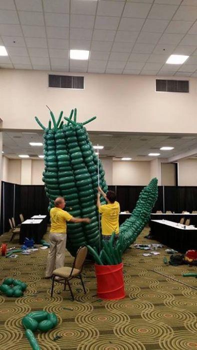 Godzilla Made Out Of 2500 Balloons (18 pics)