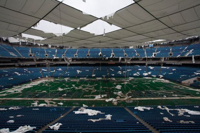 Eerie Photos Of The Abandoned Pontiac Silverdome (19 pics)
