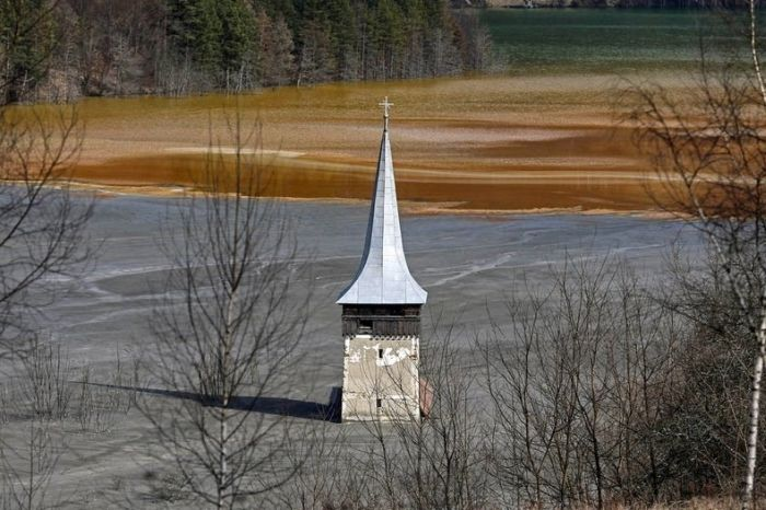 Romanian Village Ruined By A Toxic Lake (10 pics)