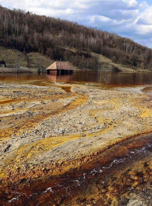 Romanian Village Ruined By A Toxic Lake (10 pics)