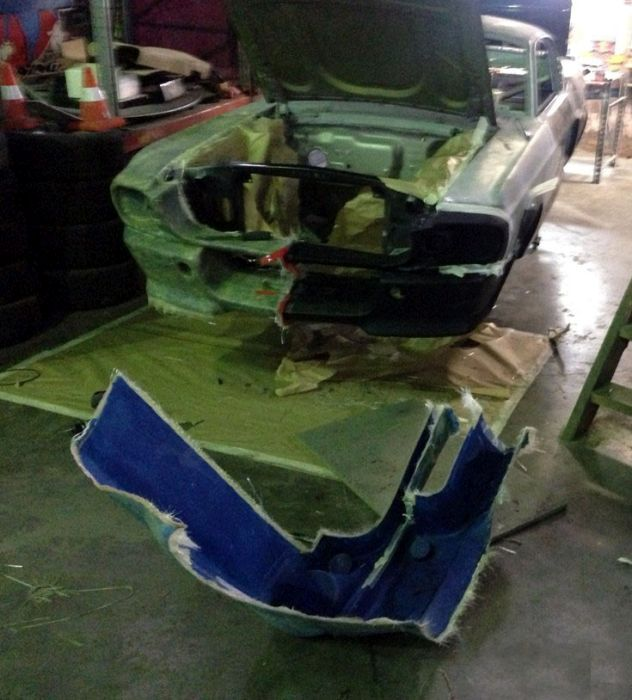 Man Turns Ford Mustang Into A Couch (24 pics)
