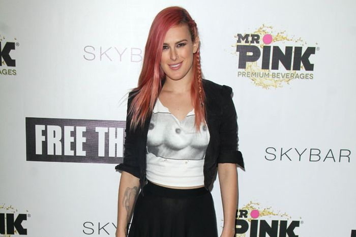 Rumer Willis Wears The Coolest Shirt Ever (8 pics)