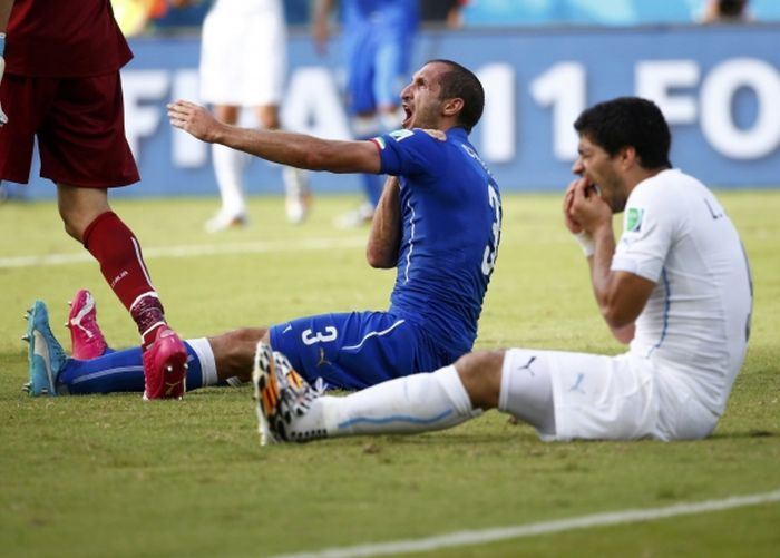 Luis Suarez Bites Another Player At The World Cup (6 pics)