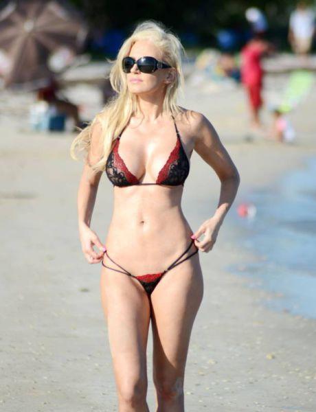 Ana Braga Shows Herself Off In String Bikini (20 pics)