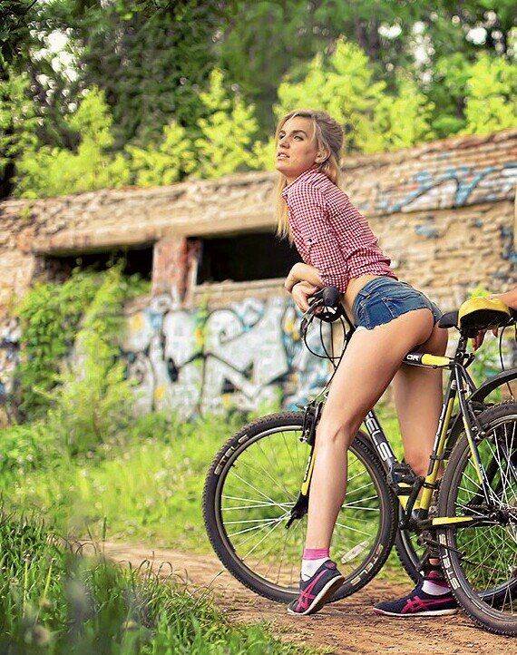 Babes With Bikes (50 pics)