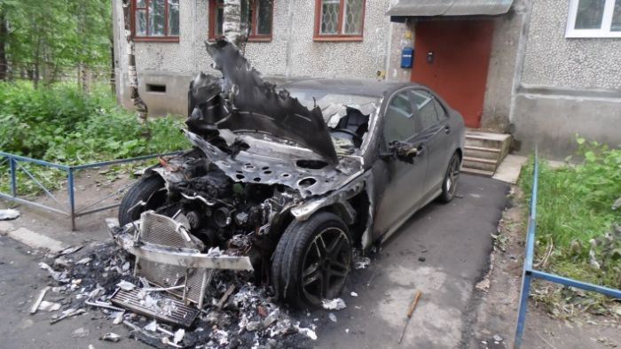 Don't Park In This Spot In Russia (3 pics)