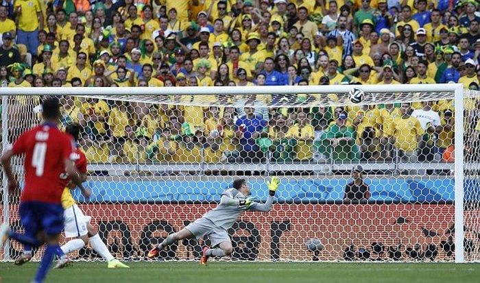 This Man Will Never Forget This Missed Goal (7 pics)