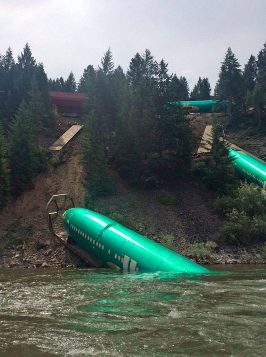A Train Carrying Planes Derails (5 pics)