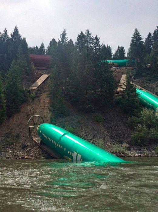 A Train Carrying Planes Derails (5 pics)