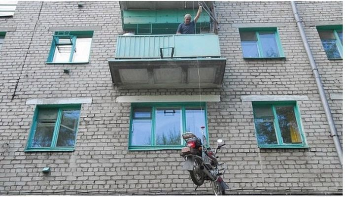 How To Park A Motorcycle On A Balcony (5 pics)
