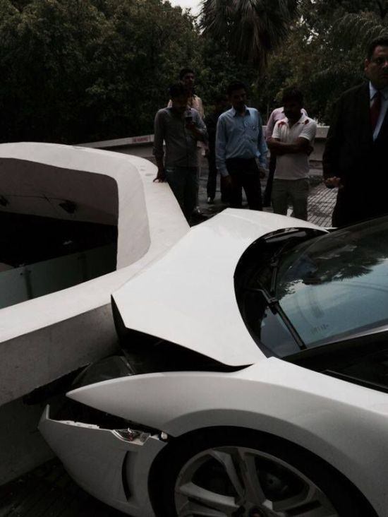 Don't Ever Let Someone Else Park Your Lamborghini (5 pics + video)