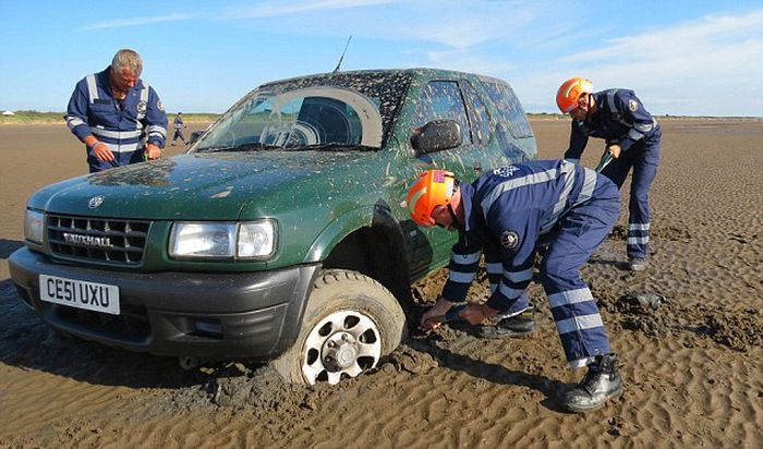 Car Gets Washed Away Into The Ocean (7 pics)