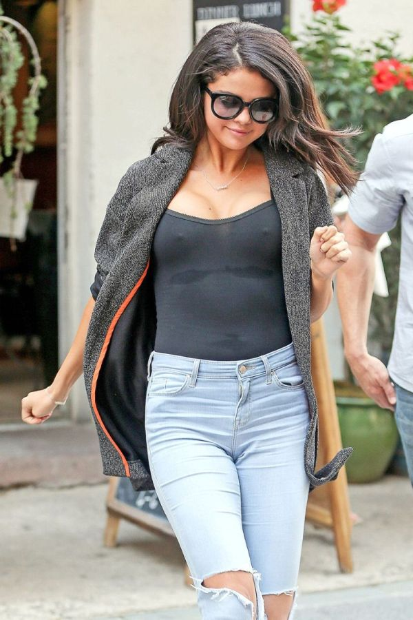 Revealing Shots Of Selena Gomez (4 pics)