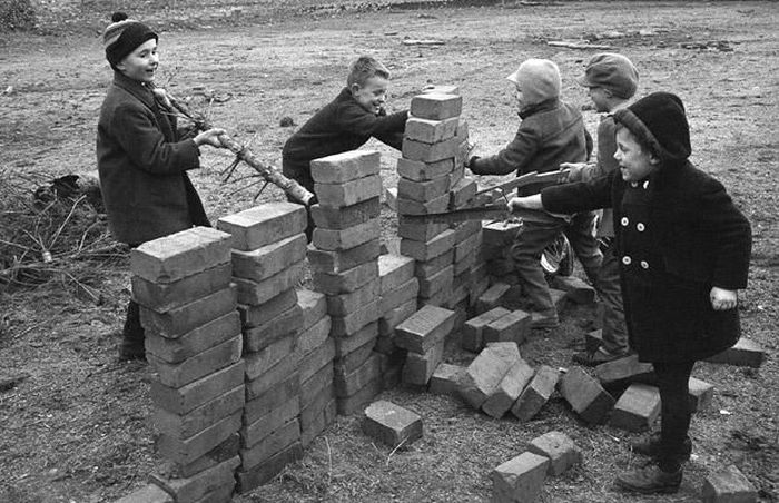 Photos Of The Berlin Wall Being Built (24 pics)