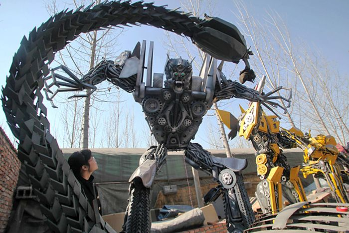 Chinese Man Builds Giant Transformers Replicas (9 pics)