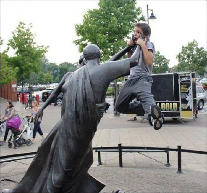 Having Fun With Statues And Monuments (30 pics)