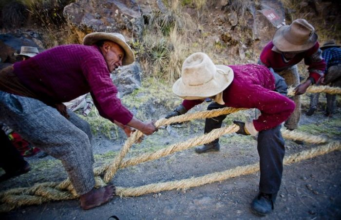Handmade Suspension Bridge In Peru (22 pics)