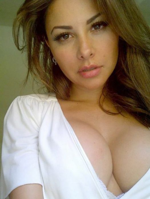 Cleavage Is Never A Bad Thing (45 pics)