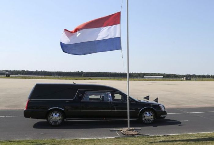 Dutch Citizens Honoring Passengers Of Flight MH17 (24 pics)