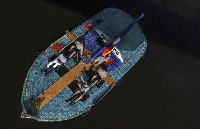 Students Build An Amazing Boat Out Of Plastic Bottles (15 pics)