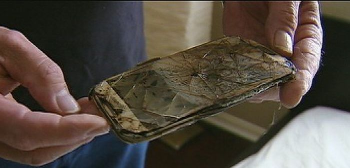 Samsung Phone Catches On Fire Under A Pillow (3 pics)