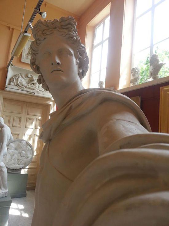 When Statues Take Selfies (4 pics)
