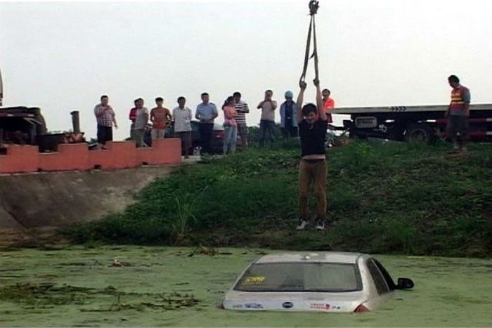 When Your Car Gets Stuck In A Pond (5 pics)