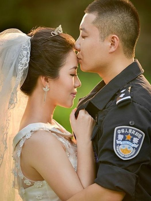 Chinese SWAT Officer Takes Wedding Photos At Work (10 pics)