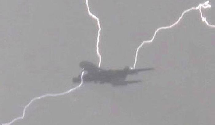 When Airplanes Get Too Close To Natural Disasters (4 pics)