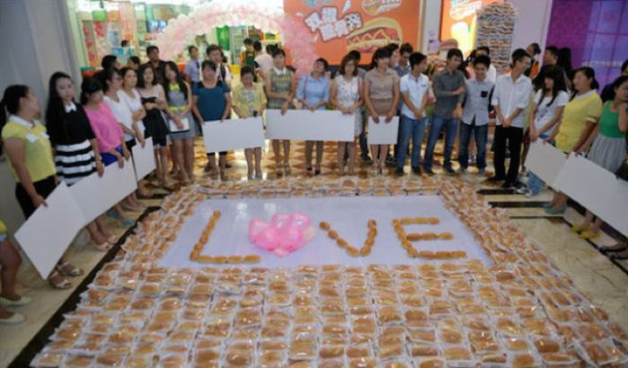 How To Propose Using 1,001 Hot Dogs (6 pics)