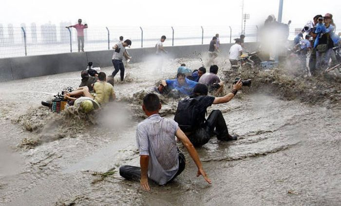 Tidal Wave In China Catches Citizens By Surprise (19 pics)
