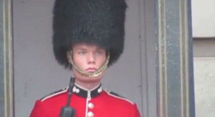 Queen's Guard Has A Wardrobe Malfunction (4 pics)