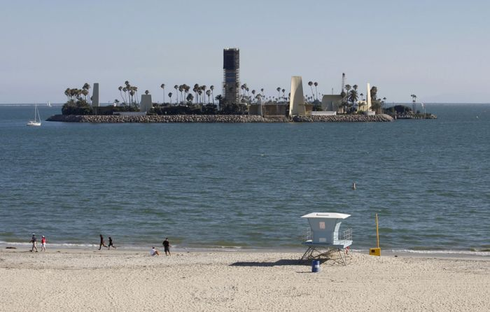 The Urban Oil Fields Of Los Angeles Are Disturbing (24 pics)
