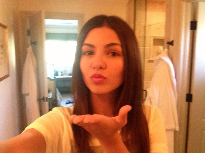 Victoria justice leaked photos 35 pics for Leaked bathroom photos