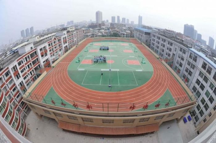 School Stadiums on the Roofs (10 pics)