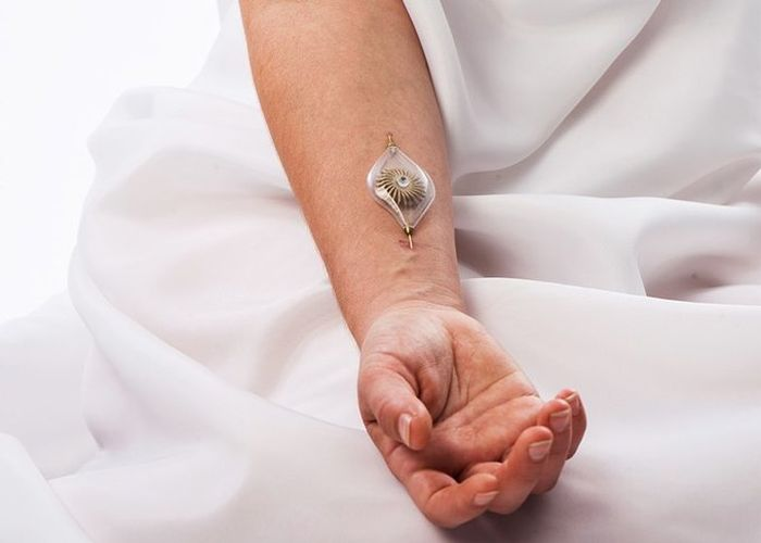 Naomi Kizhner's Jewelry Uses Energy From Your Body (7 pics)