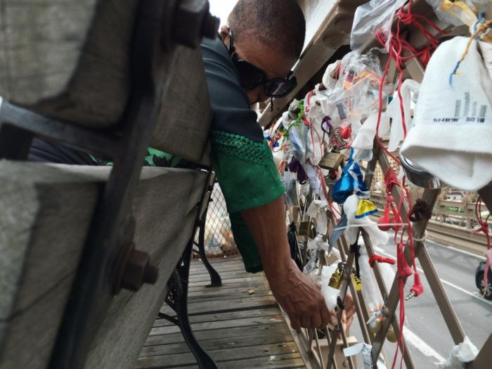 People Are Leaving Something Odd At The Brooklyn Bridge (8 pics)