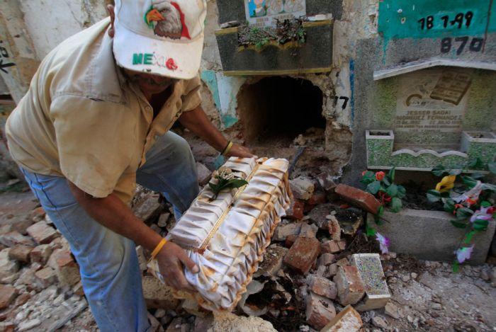 Guatemalan Graves Get Opened (14 pics)