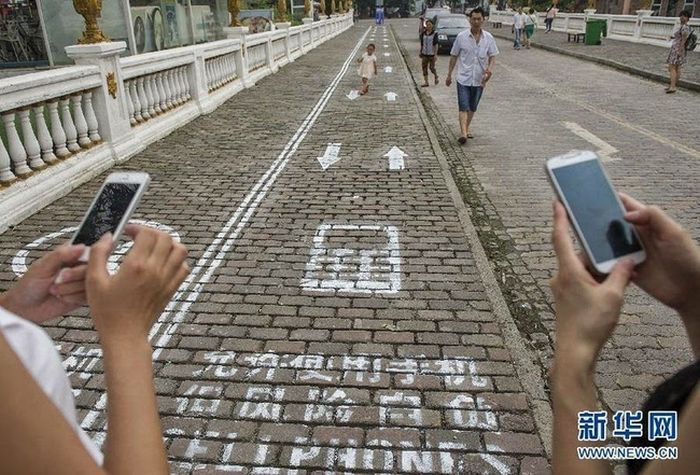 China Makes Special Lane For Smart Phone Addicts (5 pics)