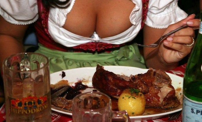 The Best Boobs And Beer From Oktoberfest (37 pics)