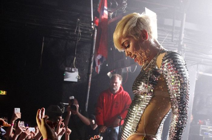Miley Cyrus Gets Felt Up By Fans (3 pics)