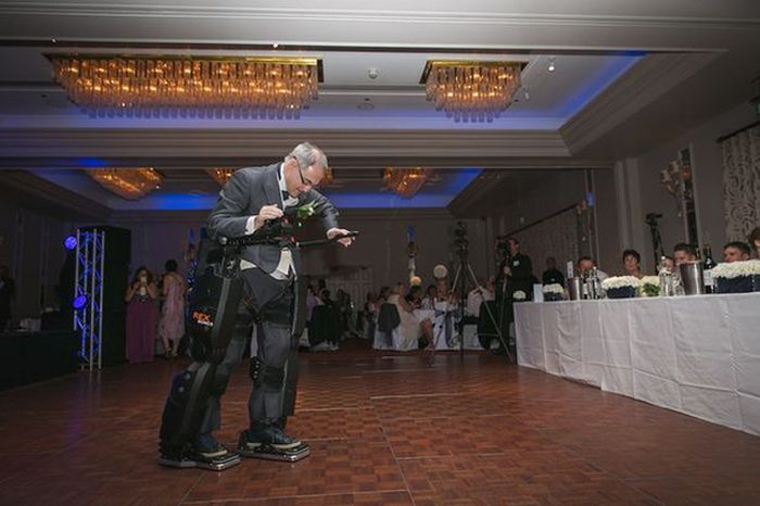 Paralyzed Man Stands At His Daughter's Wedding (2 pics)