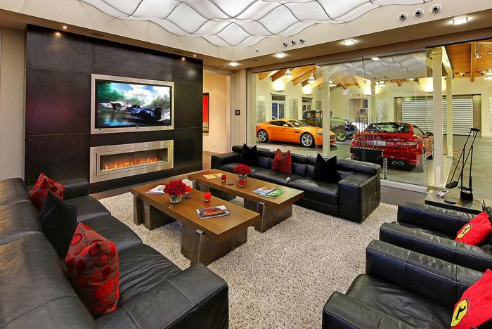 Mix Between A Mansion And A Garage (19 pics)