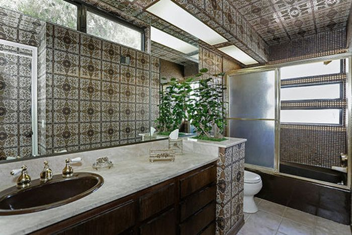 This Mansion Is Stuck In The 80s (26 pics)