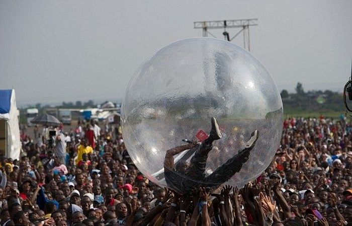 Akon Is The New Bubble Boy (3 pics)
