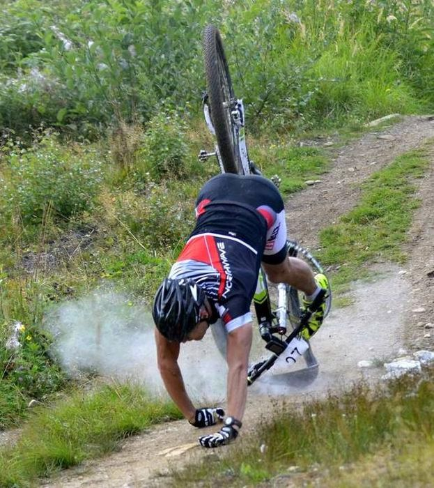 Action Shots From A Downhill Bike Crash (8 pics)