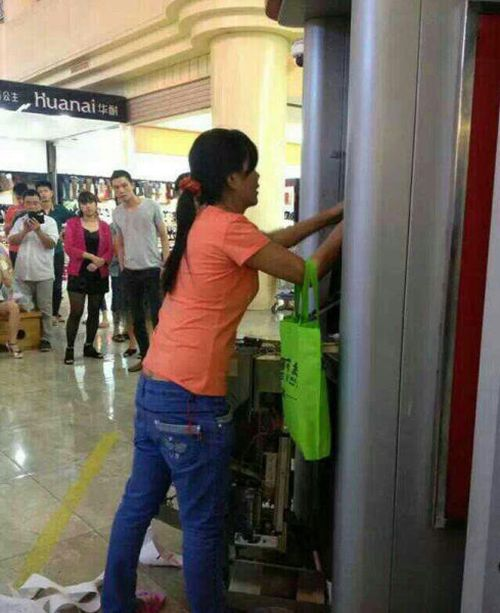 Woman Breaks ATM (7 pics)