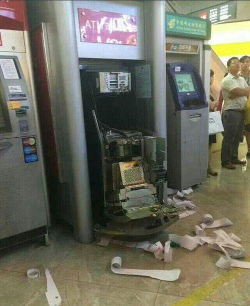 Woman Breaks ATM (7 pics)